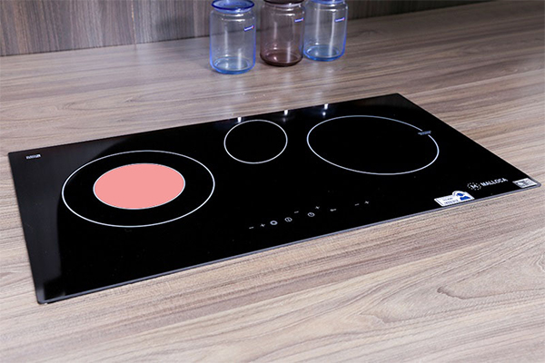 Thương hiệu Malloca đến từ Tây Ban Nha, xuất xứ ở Châu Âu với công nghệ cao mang đến cho người tiêu dùng những chiếc bếp điện từ có mặt bếp là kính vitroceramic