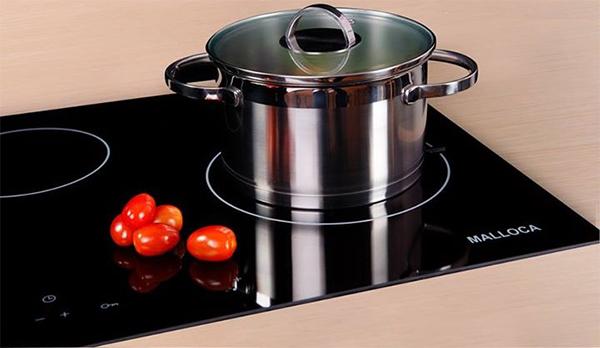 Không chỉ hiện đại và sang trọng, màu đen tuyền của mặt kính bạn còn rất dễ dàng bài trí đồ dùng và màu sắc cho không gian bếp nhà bạn.