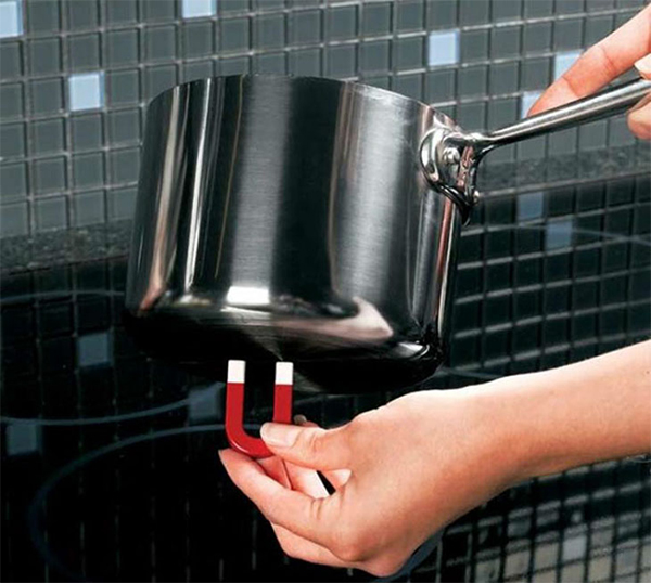 Do bếp hoạt động theo nguyên lí cảm ứng từ và chỉ nồi có phần đáy nhiễm từ, chất liệu là inox.. mới hoạt động